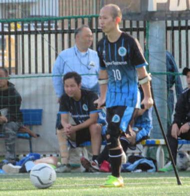 萱島選手がドリブルでボールを運ぶ