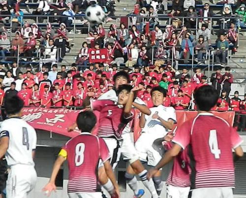 ゴール前で競り合う日大藤沢(白)と橘(えんじ)の選手たち