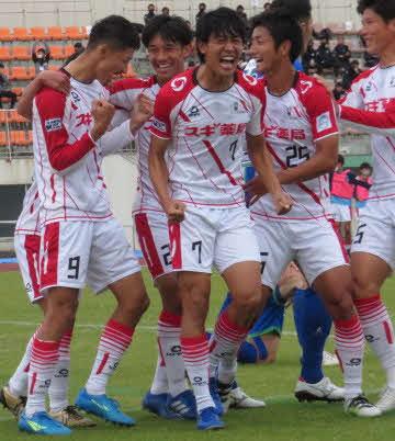 2点目のゴールに喜ぶFC刈谷のFW中野(中央)ら選手たち