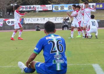 試合終了のホイッスルに喜ぶFC刈谷の選手たち。手前は北海道十勝スカイアースDF成田