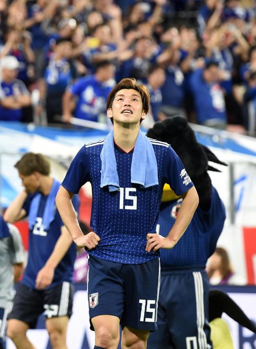 日本対トリニダード・トバゴ 試合を終え、悔しそうな表情で天を仰ぐ大迫(撮影・横山健太)