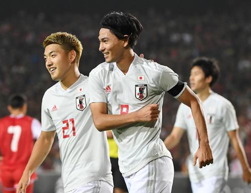 日本対タジキスタン 後半、2点目のゴールを決め笑顔を見せる南野(右)。左は堂安(撮影・横山健太)
