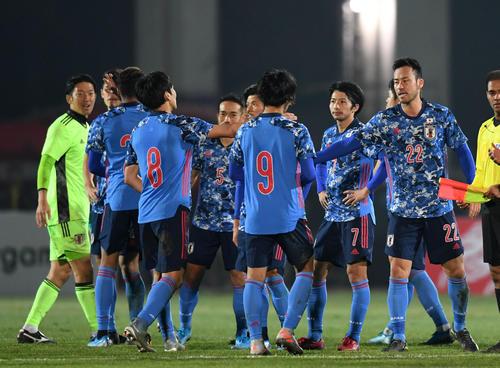 日本対キルギス キルギスに勝利しタッチを交わす吉田(右)ら日本代表の選手たち(撮影・横山健太)