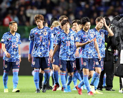 日本代表の選手たちがあいさつをする中、早々とスタジアムを後にするサポーター(撮影・横山健太)