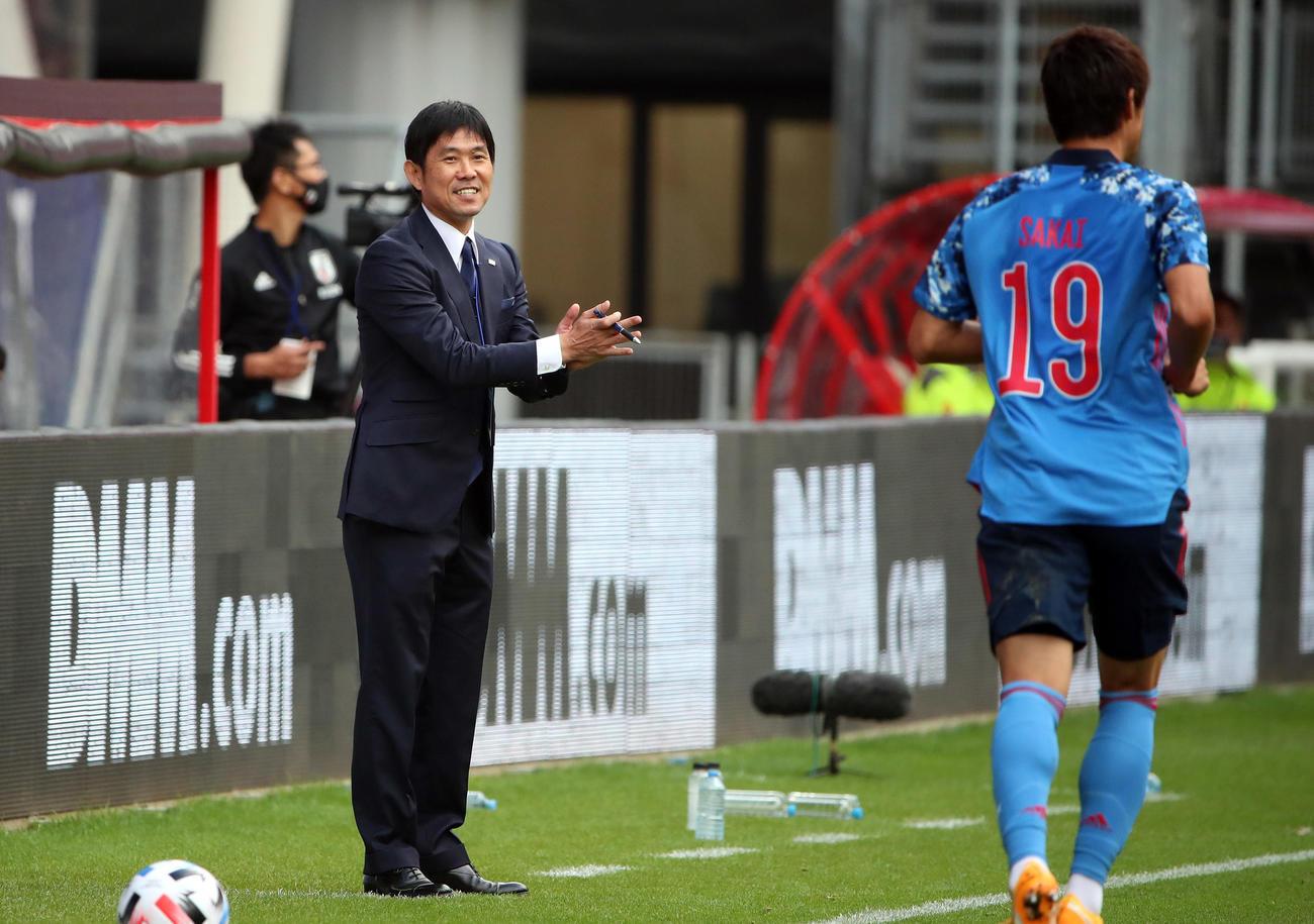 日本対カメルーン 前半、酒井(右)に笑顔を見せる森保監督(撮影・PNP)