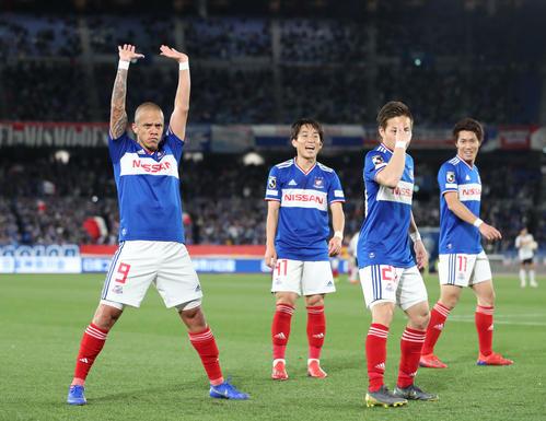 「元気玉」のパフォーマンスをする横浜FWマルコス・ジュニオール(左)