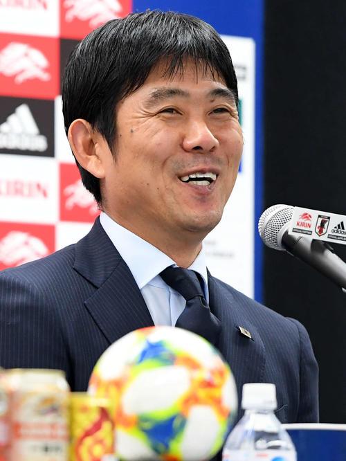U-22日本代表のメンバー発表で、記者の質問に笑顔で答える森保監督(2019年11月5日撮影)