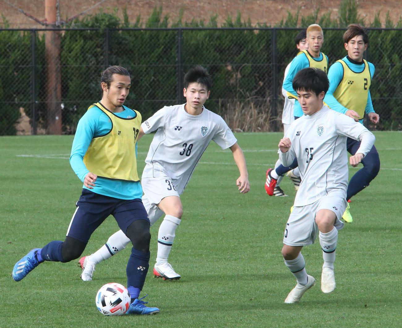福岡ユースとの練習試合でパスを出す福岡MF増山朝陽