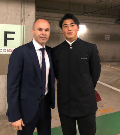 イニエスタ(左)と記念写真に納まる沖吉大夢さん(本人提供)