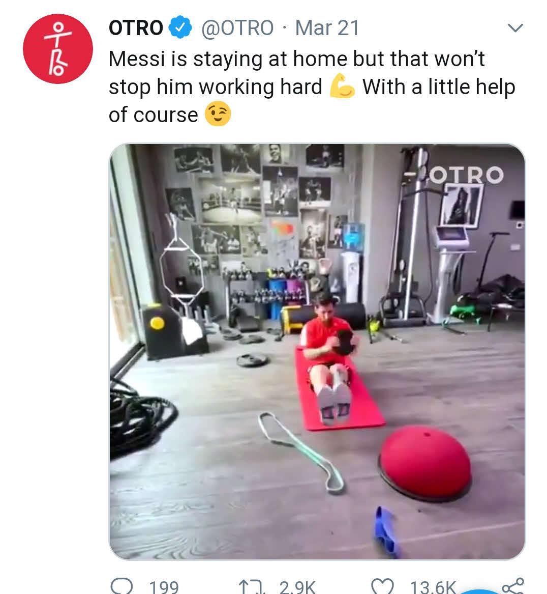 OTRO公式ツイッターに投稿されたバルセロナFWメッシの個人ジム。背後に14枚ものムハマド・アリ氏の写真が飾られている