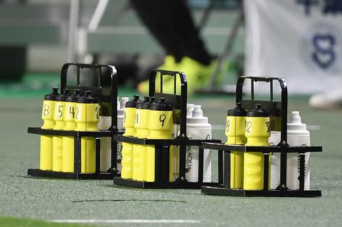 千葉対大宮 共用を避けるため、番号が記された給水ボトル(撮影・横山健太)