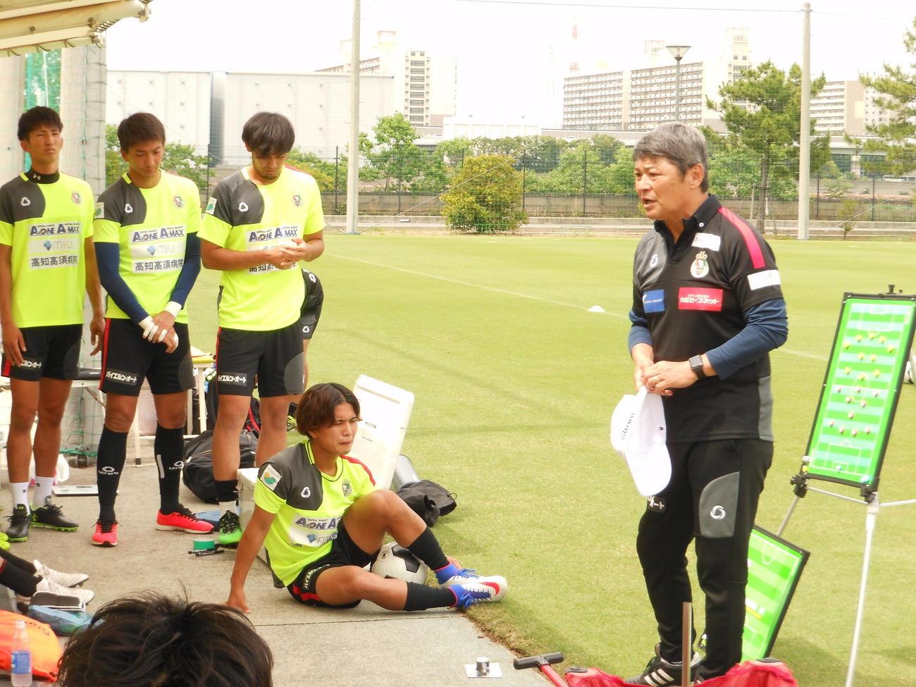 練習試合前にゲキを飛ばすJFL高知ユナイテッドSCの西村昭宏監督(右)