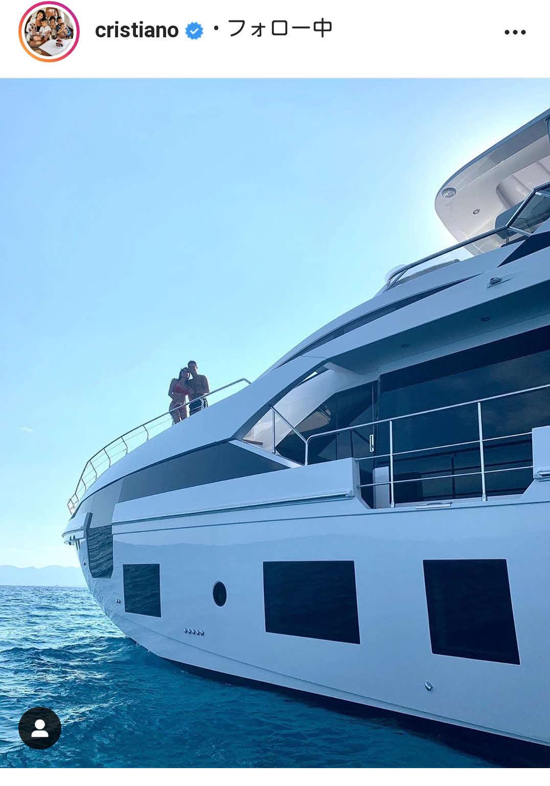 約7億5000万円の豪華ヨットで恋人のジョージナ・ロドリゲスさんとくつろぐクリスティアーノ・ロナウド(ロナウドのインスタグラムより)