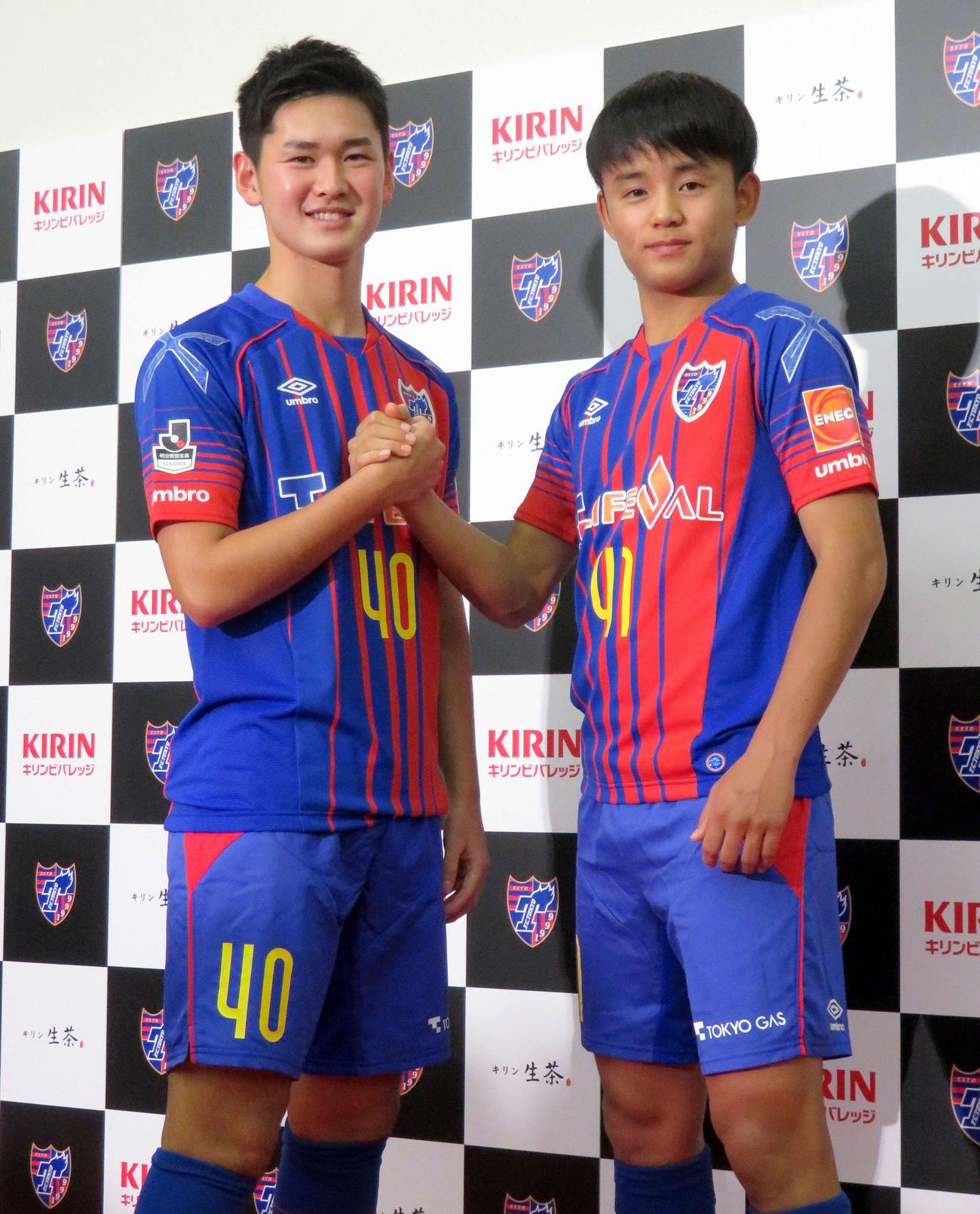 17年11月1日、プロ契約締結会見を行った東京の16歳MF久保建英(右)と17歳MF平川怜