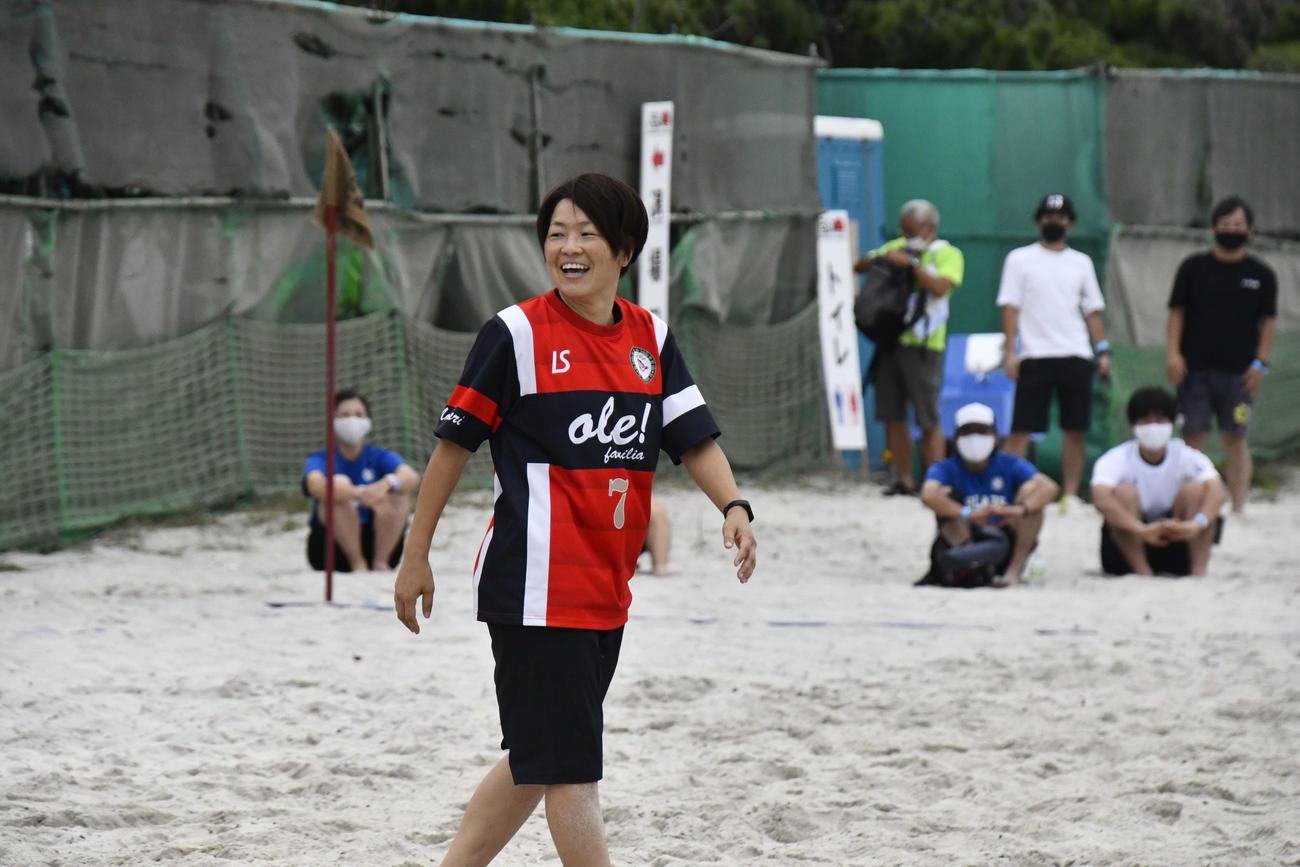 ビーチサッカーを楽しむサッカー元女子日本代表「なでしこジャパン」主将の宮間あやさん(撮影・平山連)