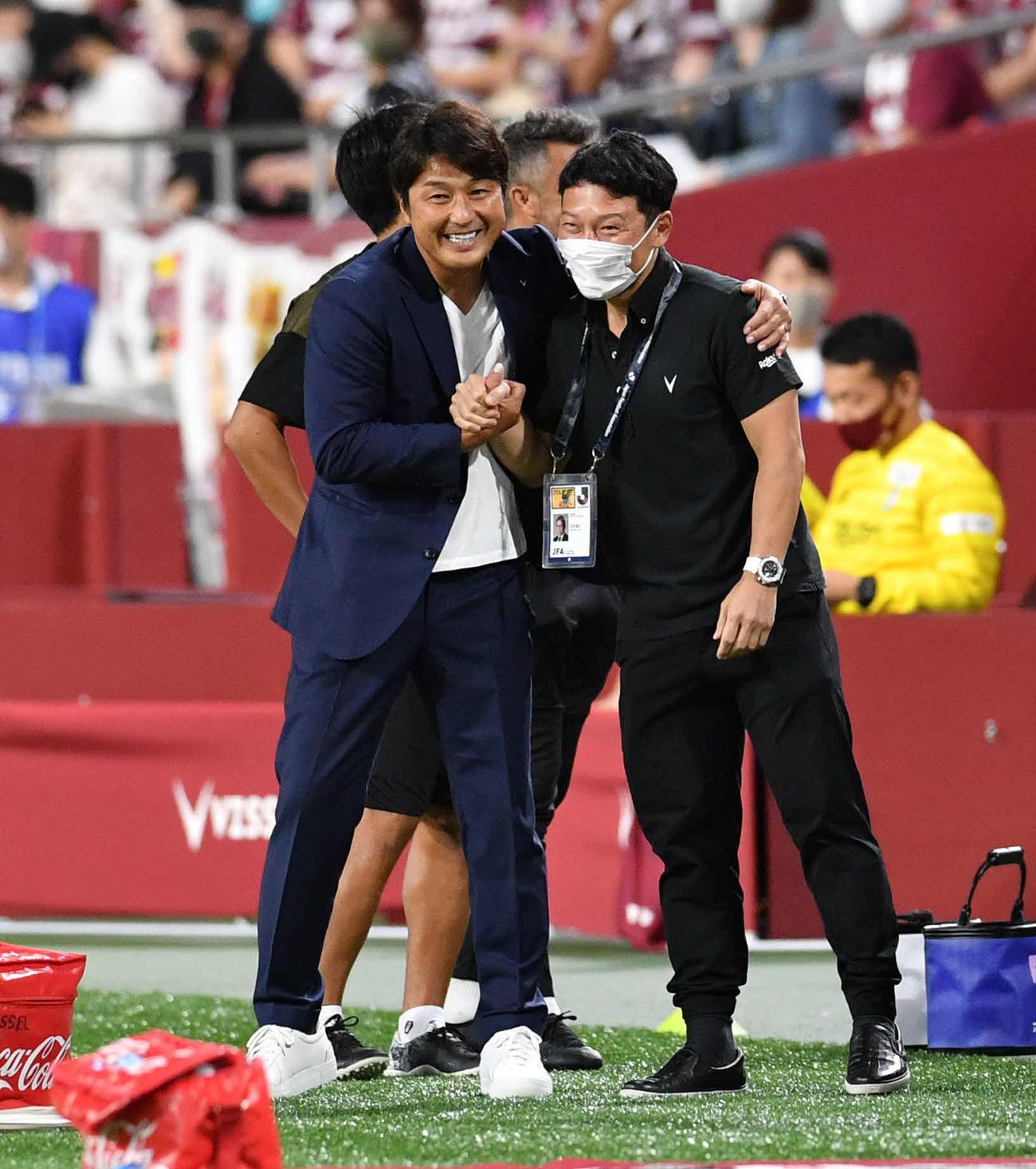 9月26日、札幌戦で監督就任初戦を勝利で飾り、笑顔を見せる神戸三浦監督(左)