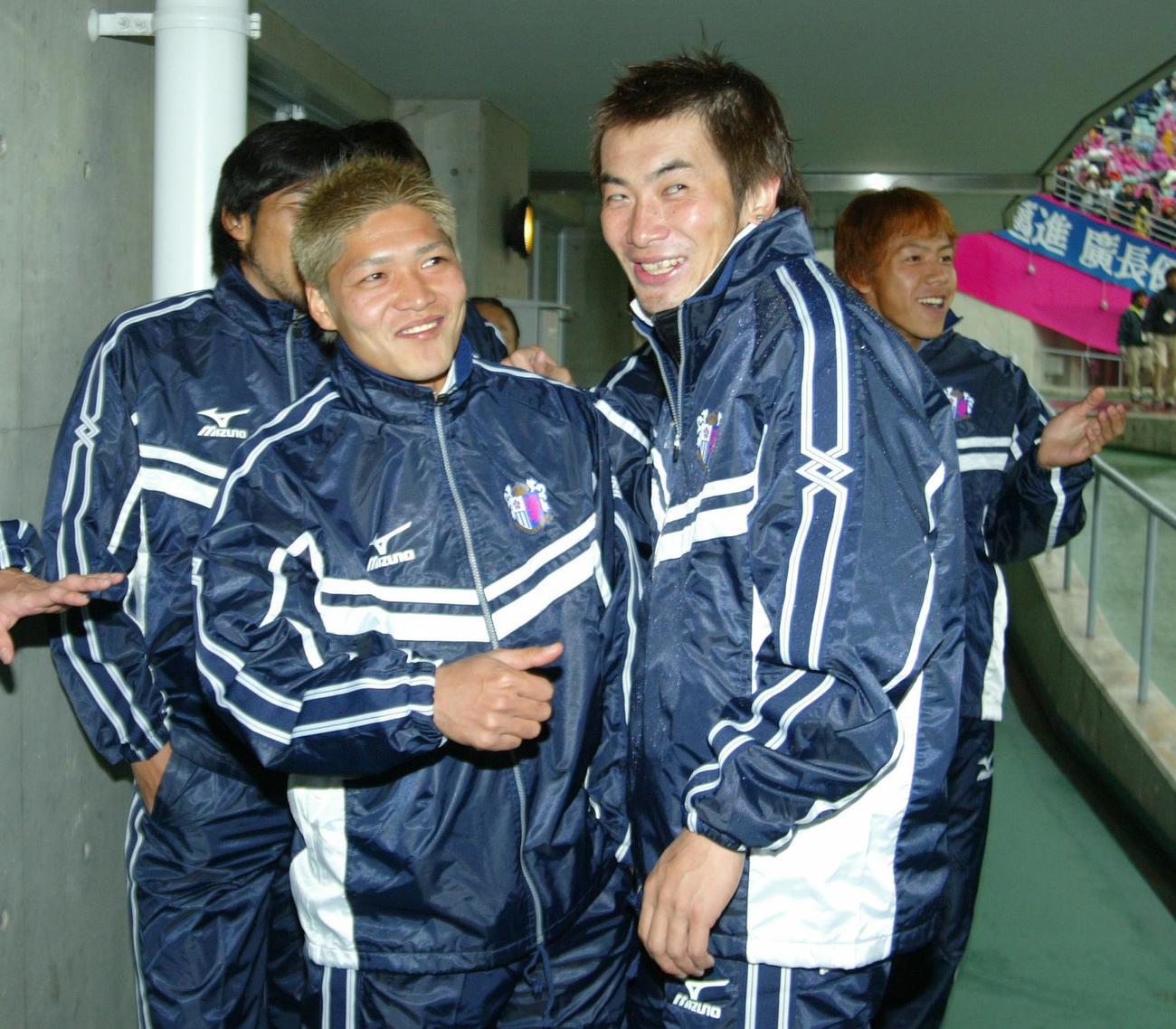西沢明訓(右)はゲーム後、出場停止のFW大久保嘉人から「やりすぎですよ」と冷やかされていた(2003年11月24日撮影)