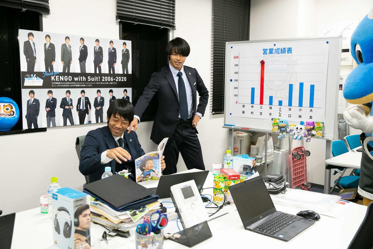 川崎F・MF三笘(中央)の振り切った演技に、中村憲剛氏も笑いをこらえられない(クラブ提供)