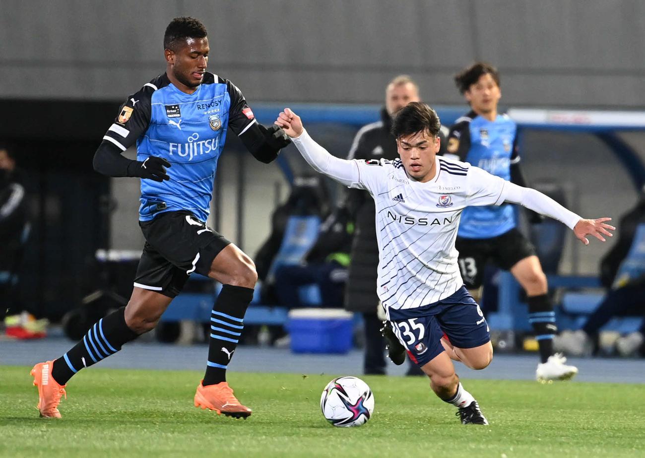 2021年2月26日 川崎F対横浜 前半、横浜MF樺山は川崎F・DFジェジエウのボールを奪いに行く