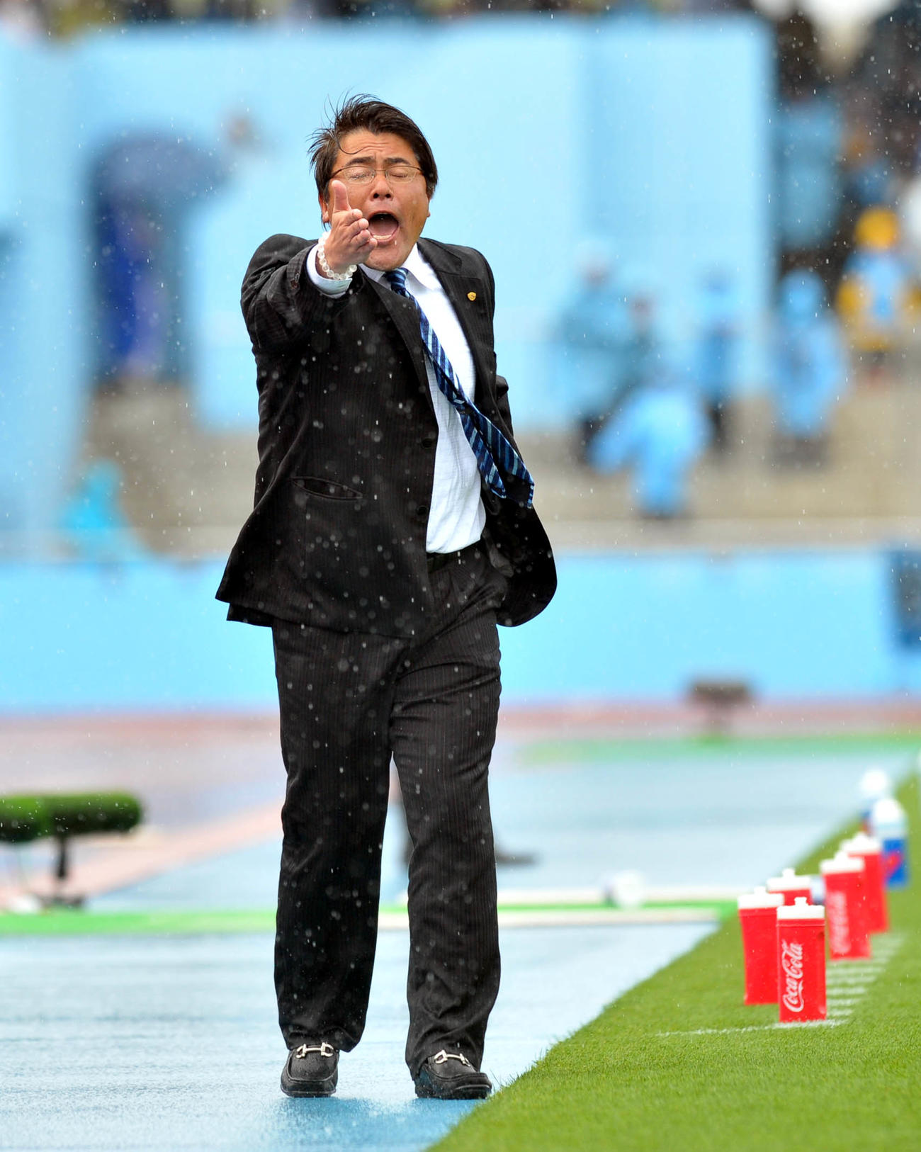 11年4月23日、川崎F対仙台 ずぶぬれになりながら指示を出す仙台手倉森監督