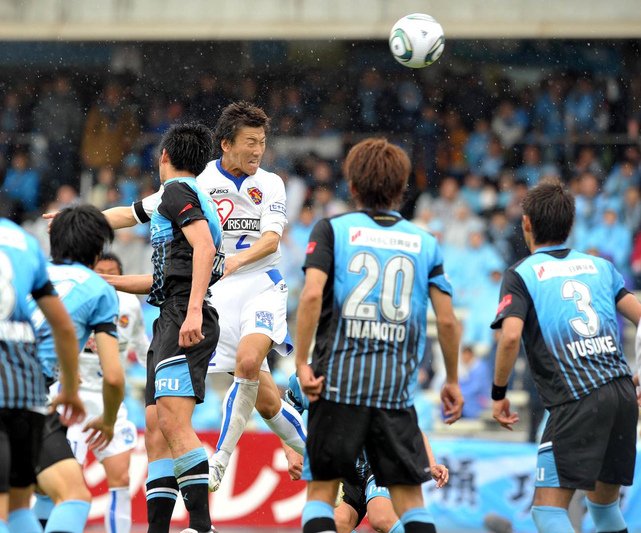 11年4月23日、川崎F対仙台 後半43分、ヘディングで決勝ゴールを決めた仙台DF鎌田