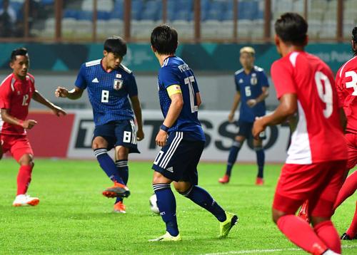 日本対ネパール 前半、先制ゴールを決める三笘(撮影・清水貴仁)