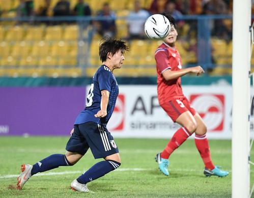 日本対タイ 後半、ヘディングでゴールを決めるMF籾木(撮影・鈴木みどり)
