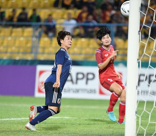 タイ対日本 後半、ヘディングでゴールを決めるMF籾木(撮影・鈴木みどり)