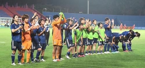 タイ対日本 タイに勝利し、サポーターの声援に応える岩渕(左から4人目)、鮫島(左)らなでしこジャパン(撮影・鈴木みどり)
