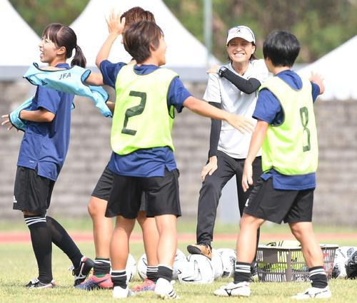 前日練習で笑顔を見せるなでしこジャパン高倉監督(右から2人目)(撮影・鈴木みどり)