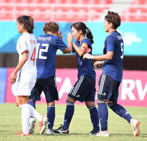 日本対ベトナム 前半、ゴールを決めた中島(右から2人目)はイレブンと笑顔でハイタッチ(撮影・鈴木みどり)
