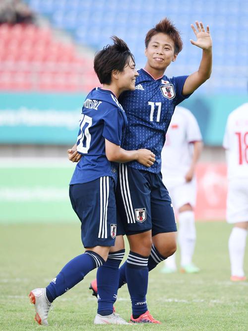 日本対ベトナム 後半、ゴールを決めたFW田中(右)はベンチスタート組に笑顔で手を振る。左はMF籾木(撮影・鈴木みどり)