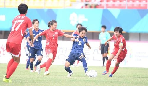 準々決勝 日本対北朝鮮 前半、相手選手に囲まれる岩渕(撮影・鈴木みどり)