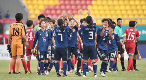準々決勝 日本対北朝鮮 北朝鮮に勝利し笑顔でハイタッチするなでしこイレブン(撮影・鈴木みどり)