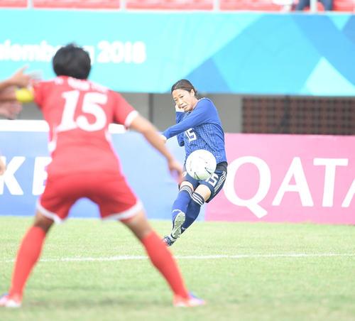 準々決勝 日本対北朝鮮 前半、フリーキックを蹴るMF阪口(撮影・鈴木みどり)
