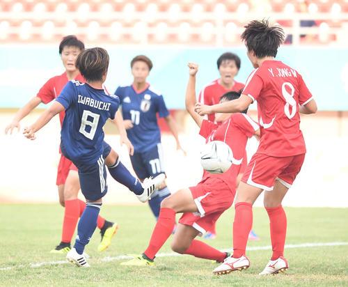 日本対北朝鮮 前半、ゴールを決める岩渕(撮影・鈴木みどり)