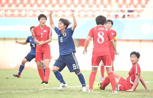 日本対北朝鮮 前半、ゴールを決めたFW岩渕は力強くガッツポーズ(撮影・鈴木みどり)