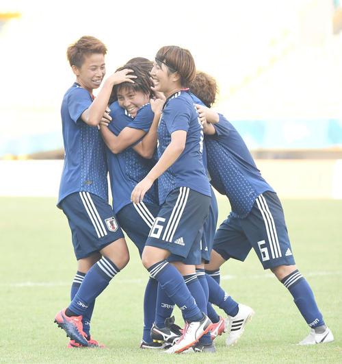 日本対北朝鮮 前半、ゴールを決めたFW岩渕(中央)は笑顔でイレブンと喜ぶ(撮影・鈴木みどり)