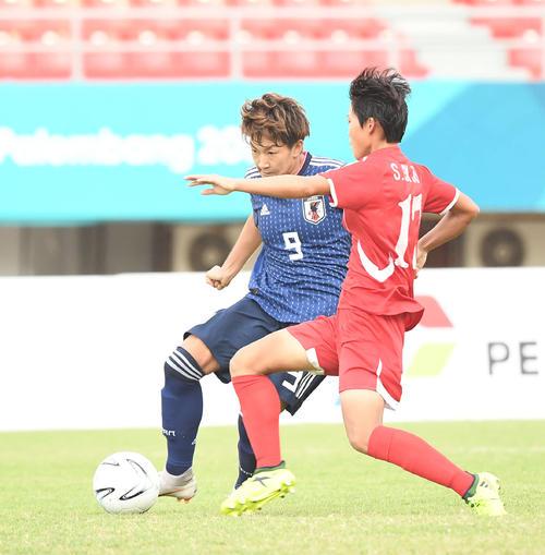 準々決勝 日本対北朝鮮 後半、シュートを放つ菅沢(撮影・鈴木みどり)