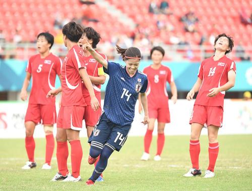 準々決勝 日本対北朝鮮 後半、ゴールを決め指を突きあげるMF長谷川(撮影・鈴木みどり)