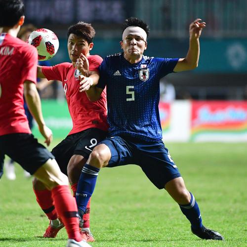 日本対韓国 後半、相手選手と競り合う杉岡(撮影・清水貴仁)