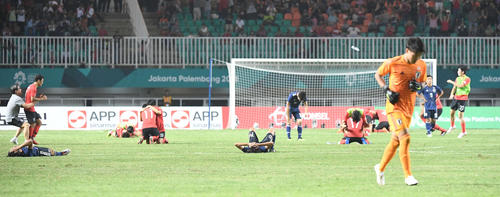 日本対韓国 延長の末、韓国に敗れ、ピッチに倒れる日本選手(撮影・鈴木みどり)