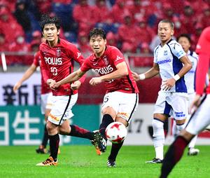 後半、ゴール前中央へパスする浦和MF長沢(中央)。左はMF柏木、右はG大阪MF井手口(撮影・小沢裕)