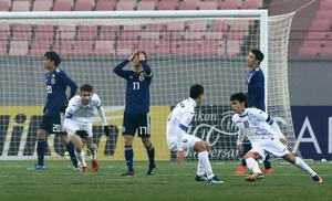 日本対ウズベキスタン 前半、先制ゴールを決められ厳しい表情の神谷(左から3人目)らU-21日本代表イレブン(撮影・江口和貴)