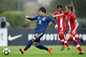 カナダとの5、6位決定戦で攻め込む菅沢(左)(ゲッティ=共同)