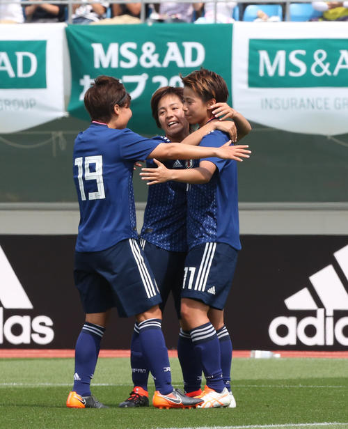 日本女子代表対ガーナ女子代表 FW田中美南(右)はイレブンと抱き合って喜ぶ(撮影・梅根麻紀)