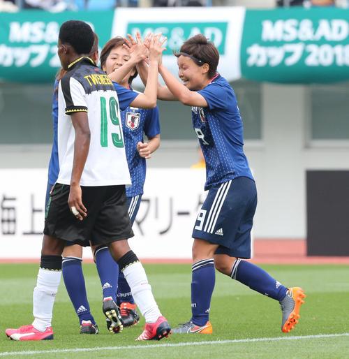 日本女子代表対ガーナ女子代表 MF増矢理花は3点目のゴールを決め喜ぶ(撮影・梅根麻紀)