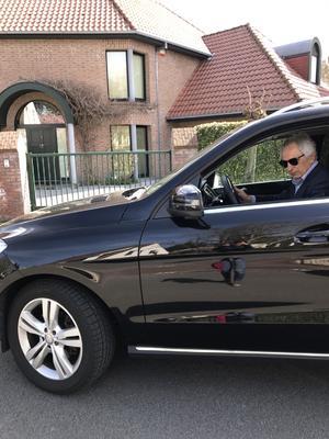 外出先から車で自宅に戻り、解任後、初めて姿を見せたハリルホジッチ氏(撮影・松本愛香)