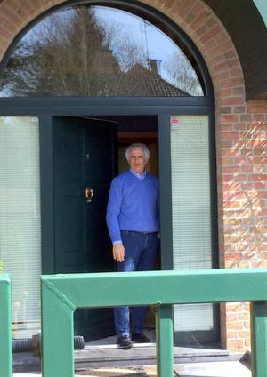 自宅の玄関に仁王立ちし、日本協会への不満をぶちまけるハリルホジッチ氏(撮影・松本愛香)