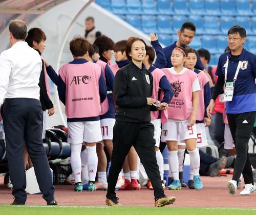 日本対オーストラリア 1-1でW杯出場を決め、ほっとした表情の高倉監督(撮影・浅見桂子)